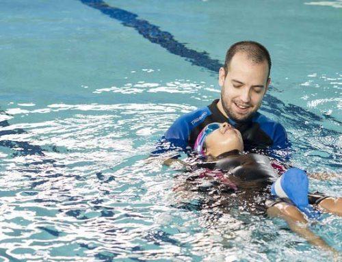 Hogyan lehet megtanulni úszni a medencében?